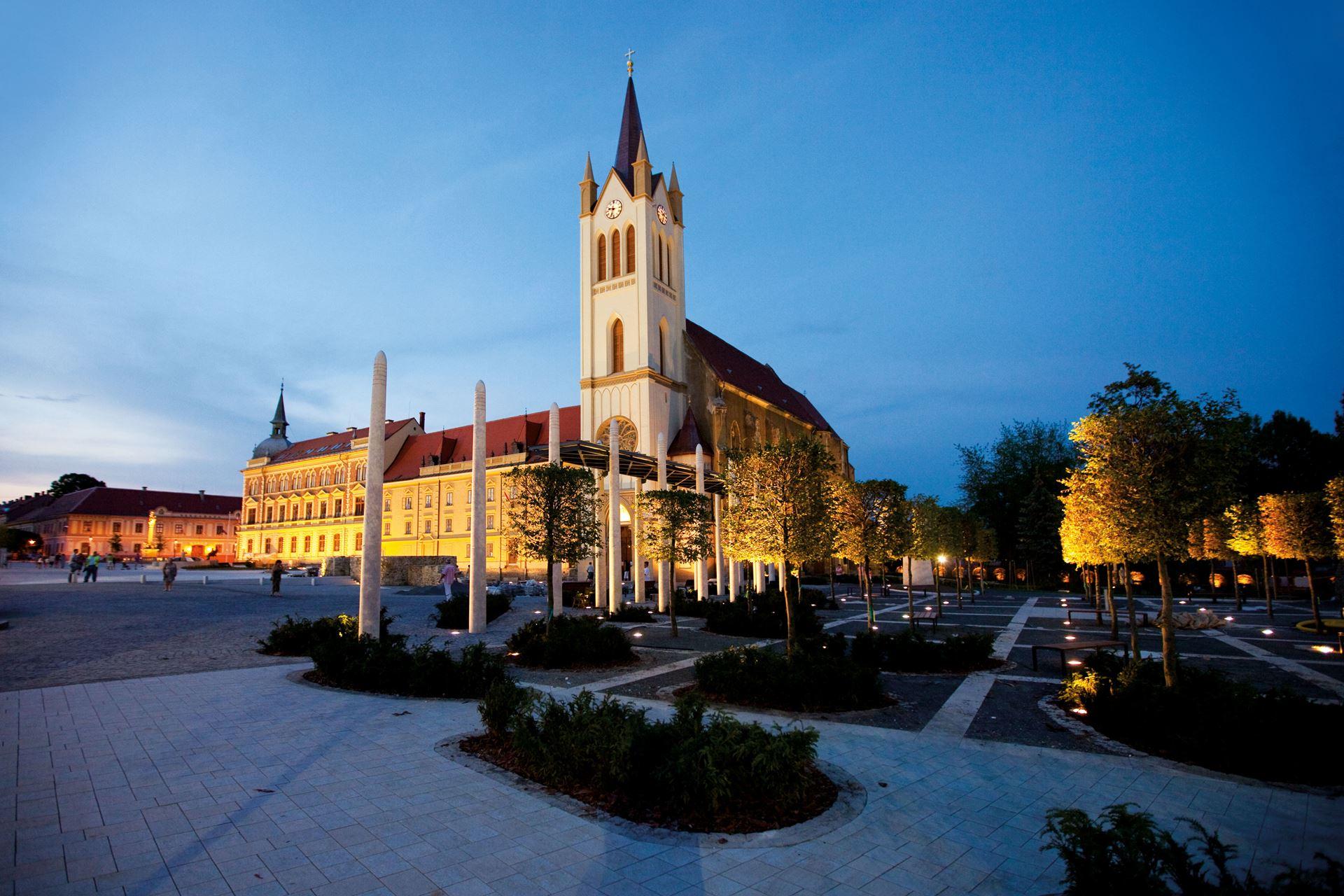 fő tér és templom este